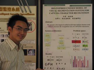 林啟維同學與專題研究成果海報合照
