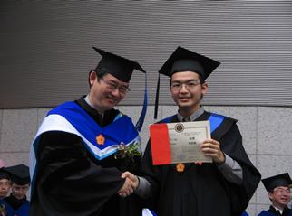 林啟維同學(右)於電機學群畢業典禮獲獎,左為電機系胡振國主任