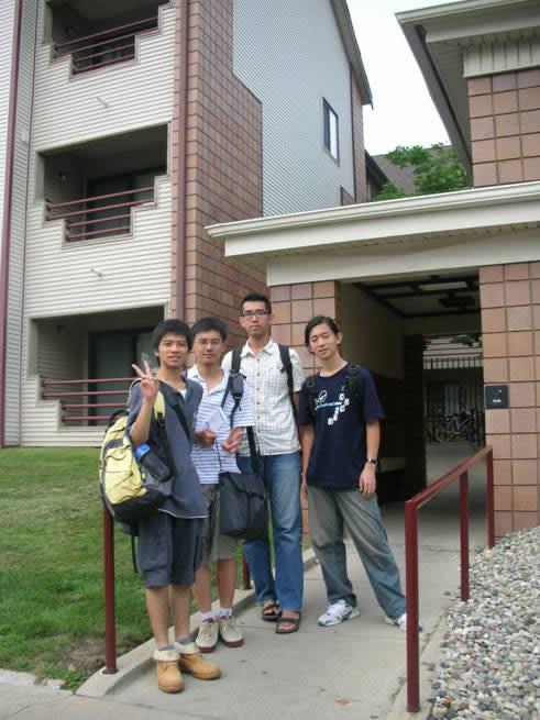 在所租公寓前合照:(從左至右)蔣承毅、周俊丞、柯浩賢、陳學毅。